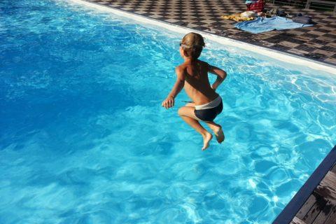 como manter piscina limpa por mais tempo