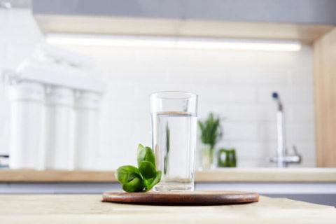 Copo de água filtrada em cima de bancada