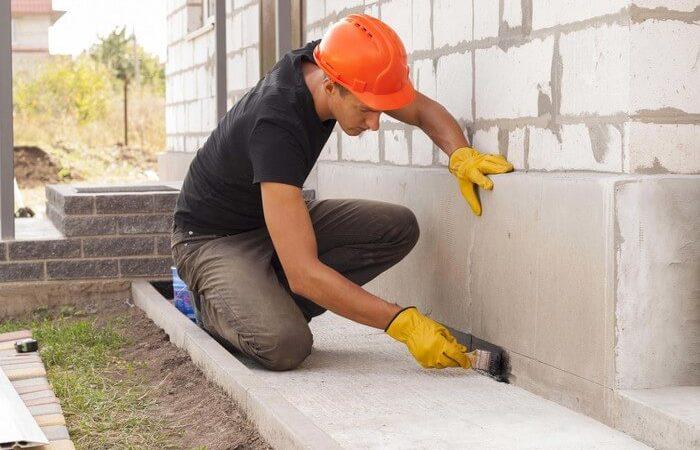 Homem rebocando parede