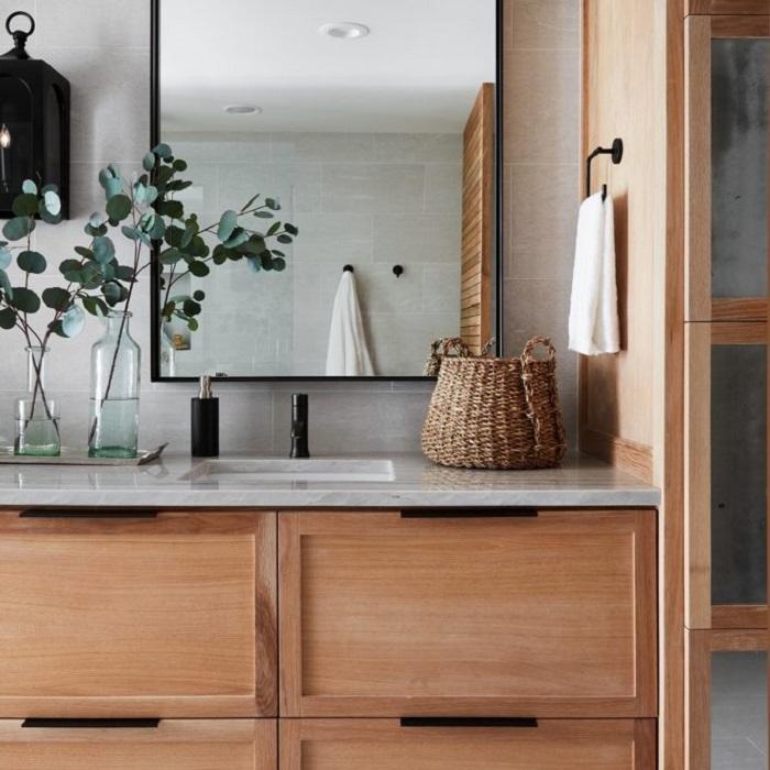 banheiro madeira com metais pretos