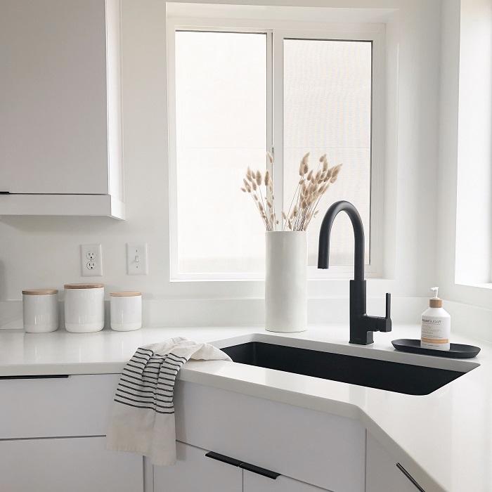 cozinha branca com metais pretos